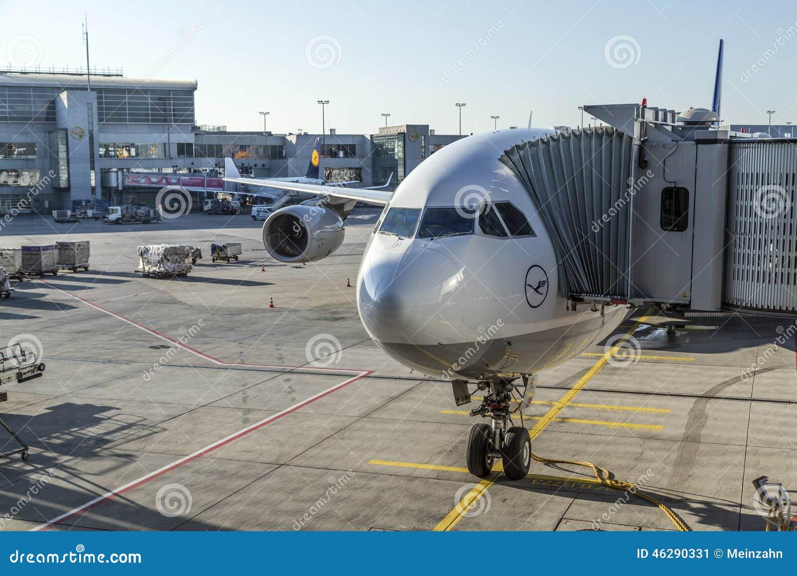de 2014: Aviões de Lufthansa no avental no aeroporto internacional de  #4B7080 1300x957 Banheiro De Avião Internacional