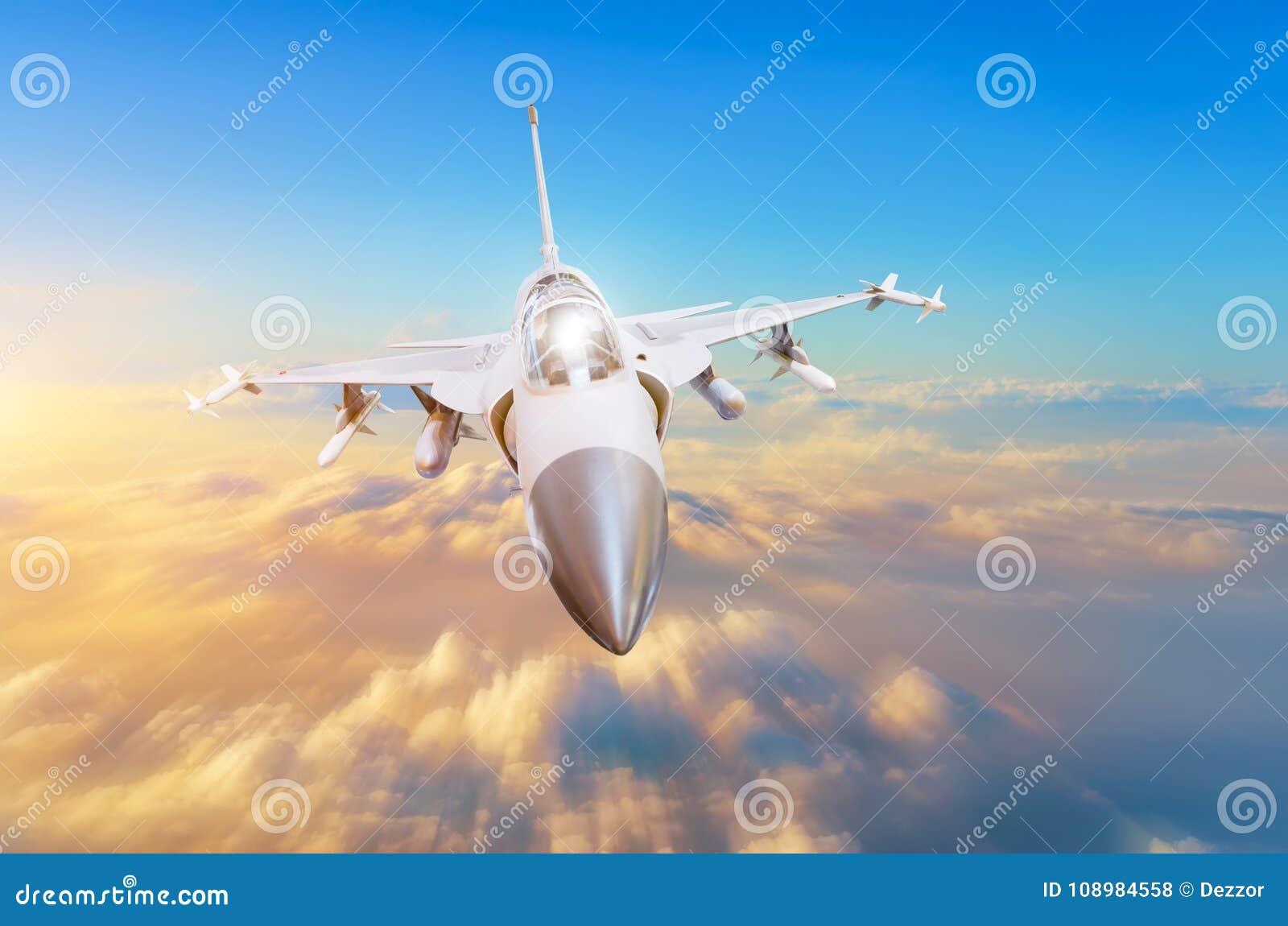 Aviões de lutador militares na alta velocidade, voando altamente no por do sol do céu