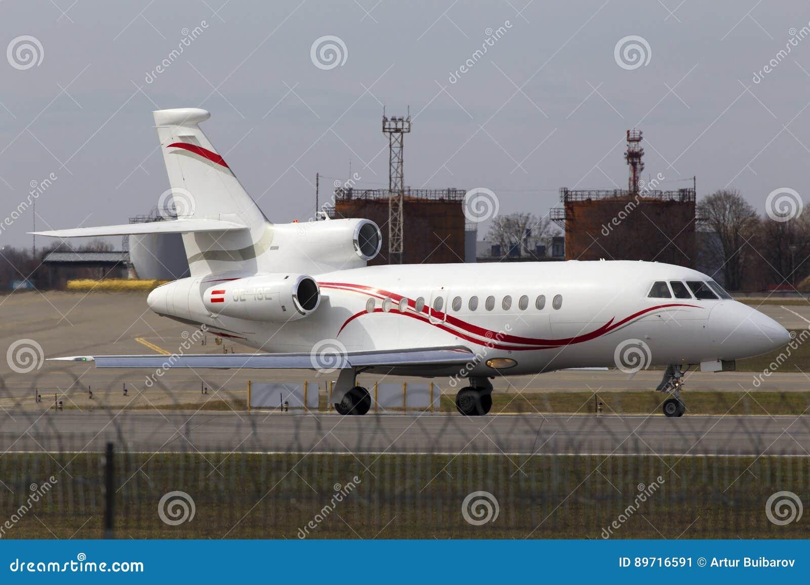 Aviões do falcão 900EX de Dassault que preparam-se para a decolagem da pista de decolagem