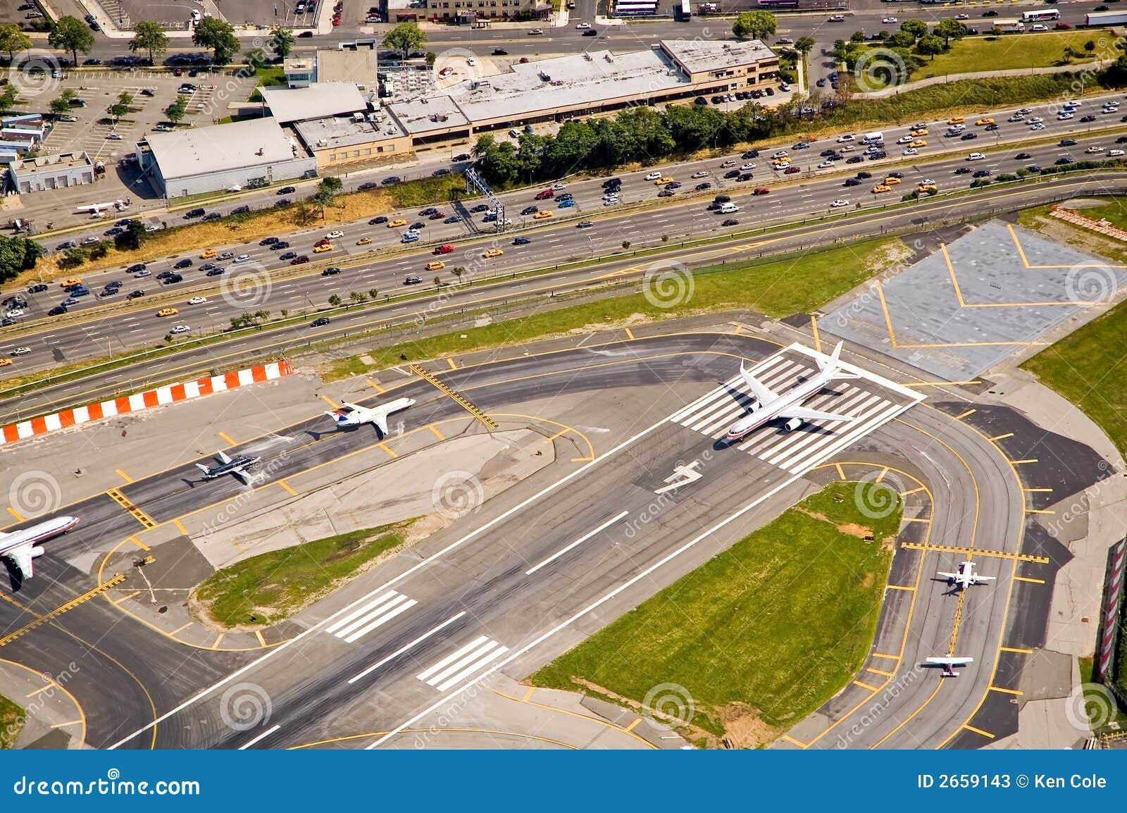 Aviões na pista de decolagem