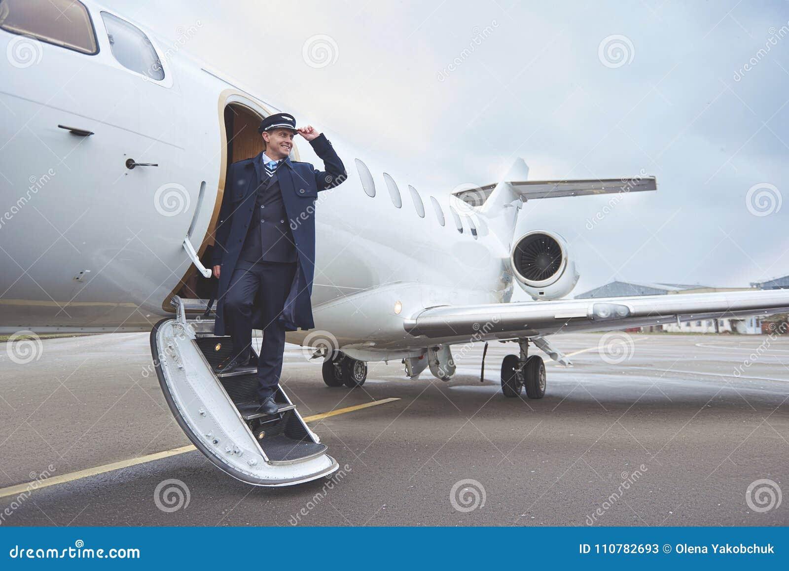 Aviador alegre que situa perto do plano