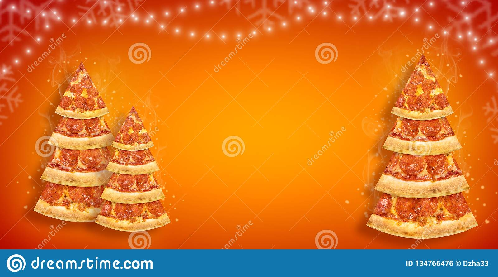 Aviador de la promoción de la Navidad con la rebanada de la pizza en la forma del árbol de navidad con el espacio de la copia Piz