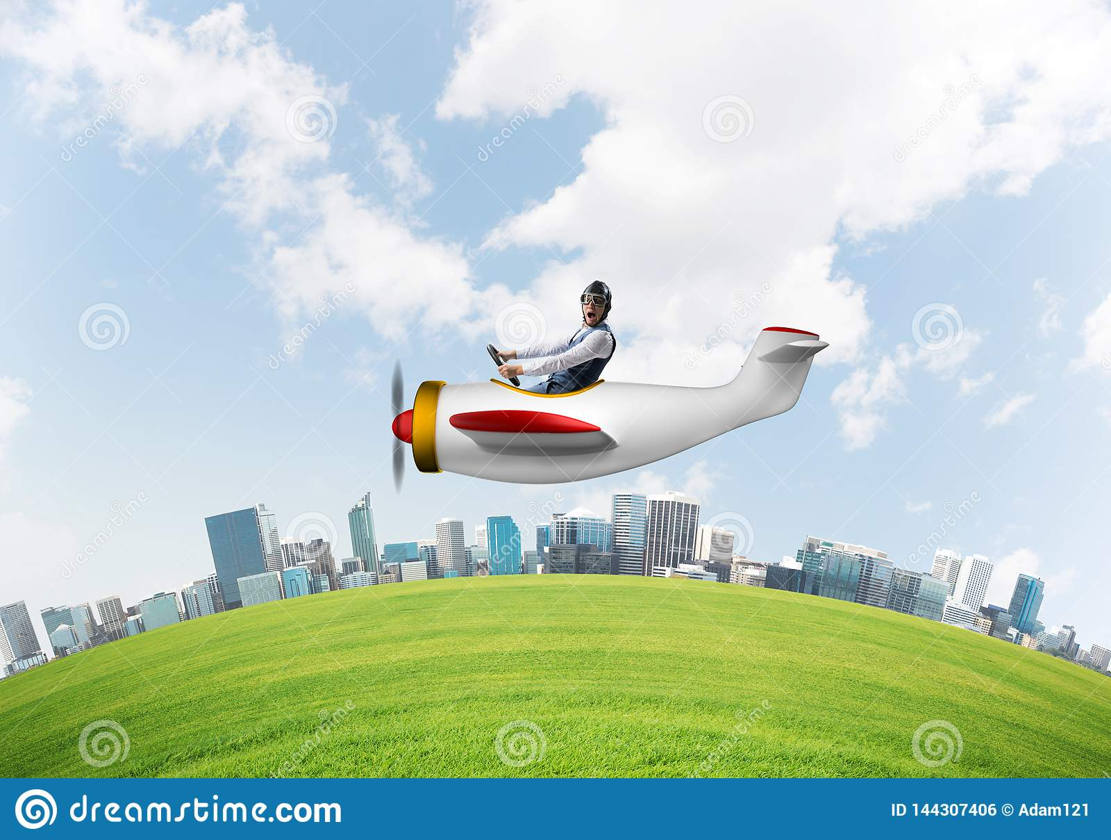 Aviador que conduz o plano de hélice acima da cidade