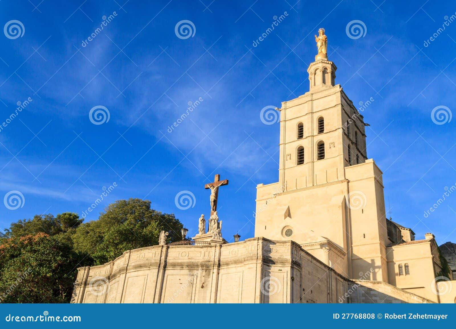 Avignon - le DES de dames de Notre couvre d un dôme l église, prouvée