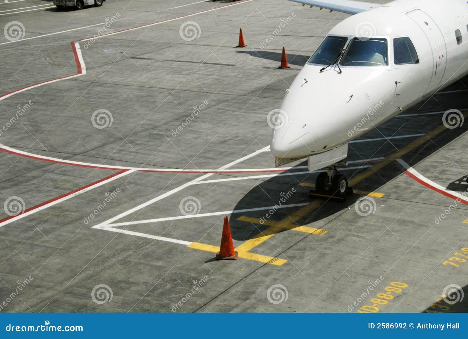 Avion à réaction de banlieusard sur la piste de roulement