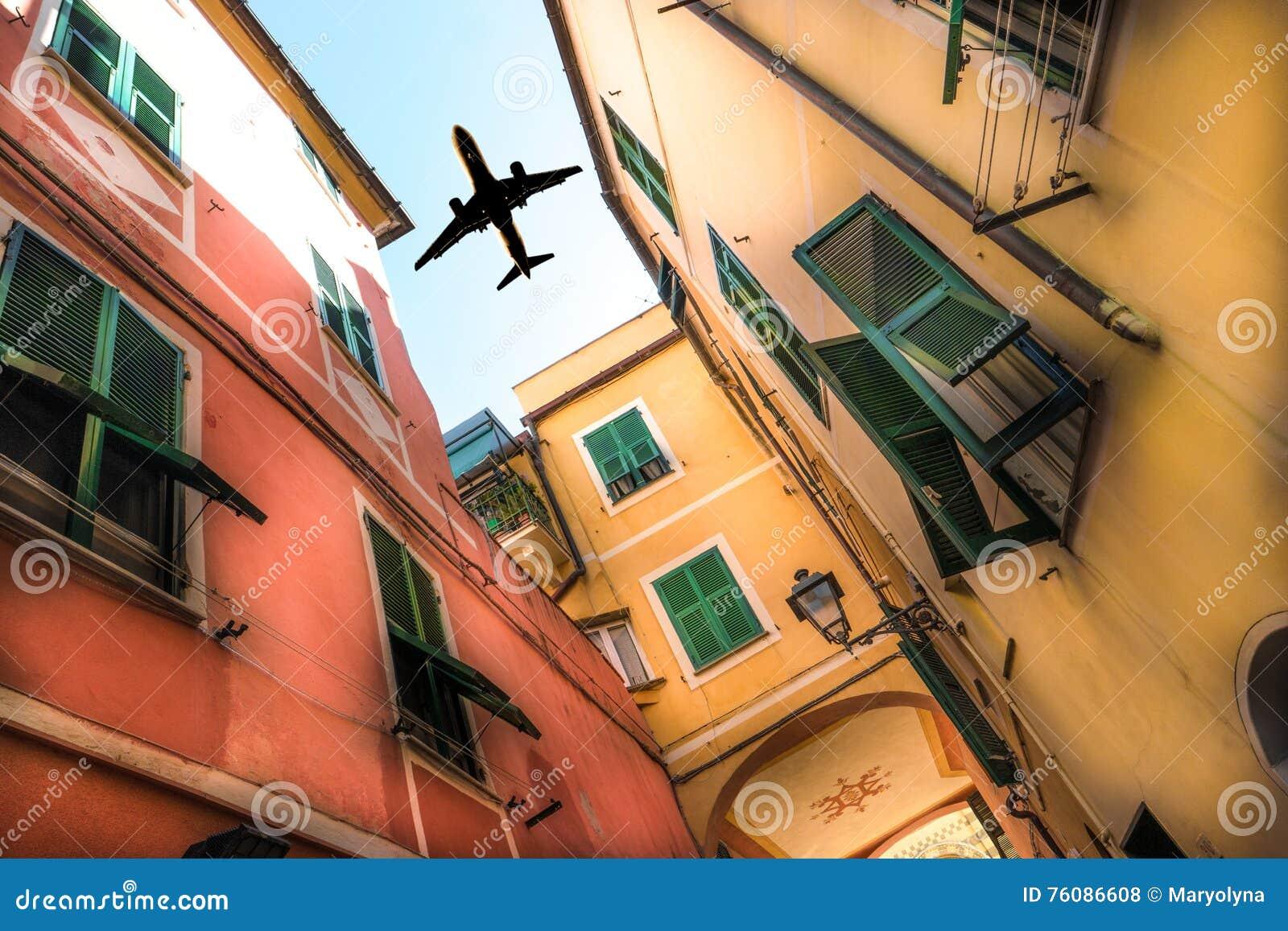Avion au-dessus de la ville