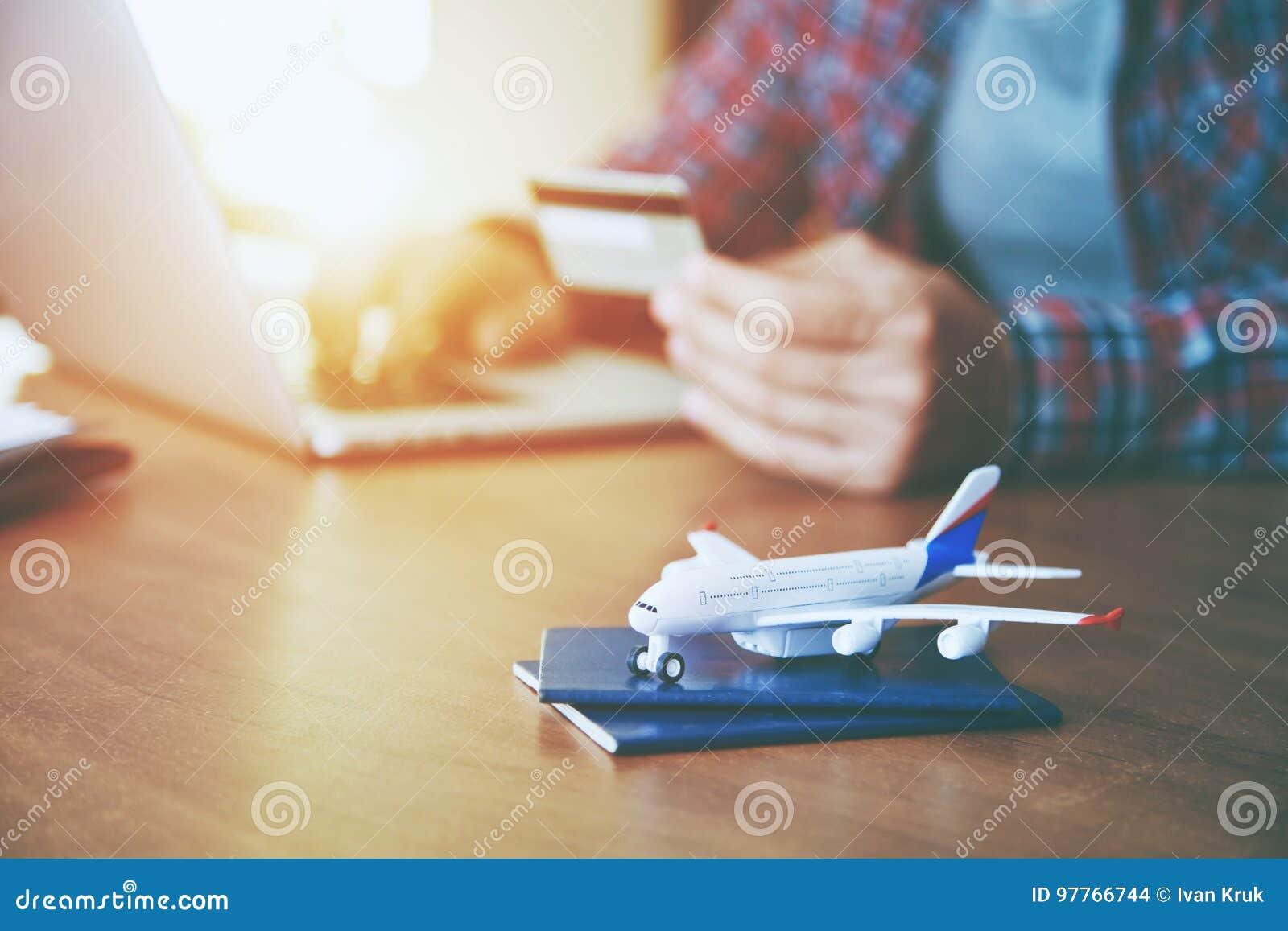 Avion avec le paiement proche de passeports avec la carte de crédit
