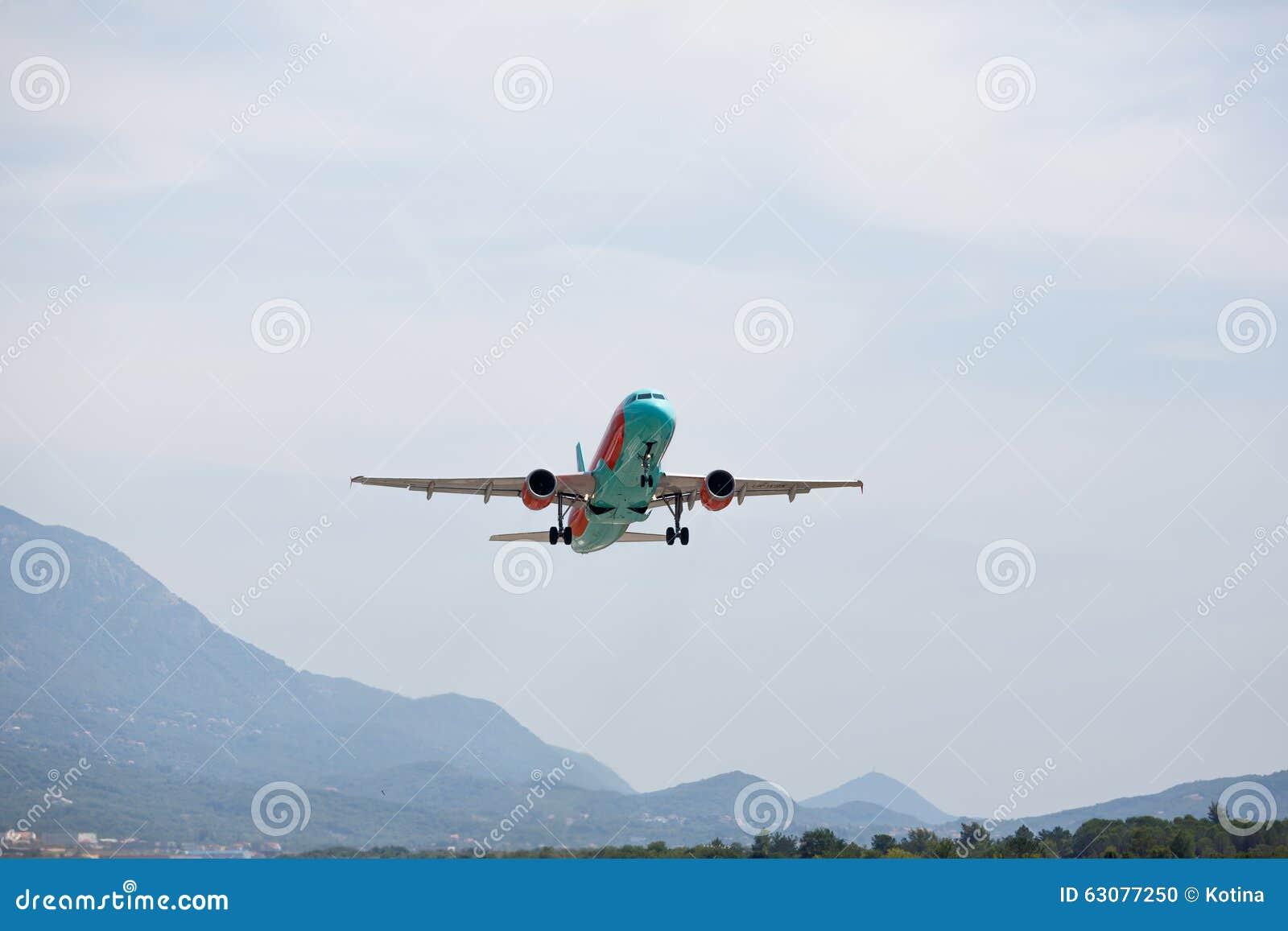 Download Avion Blanc Décollant Avec Des Nuages Dans Le Ciel Bleu Image éditorial - Image du déviation, avion: 63077250