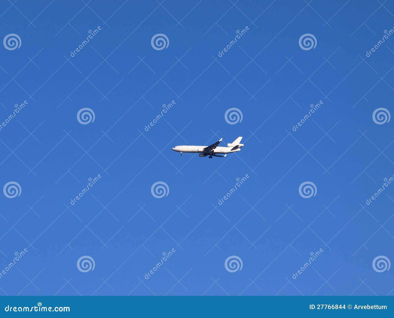 Avion blanc dans le ciel bleu