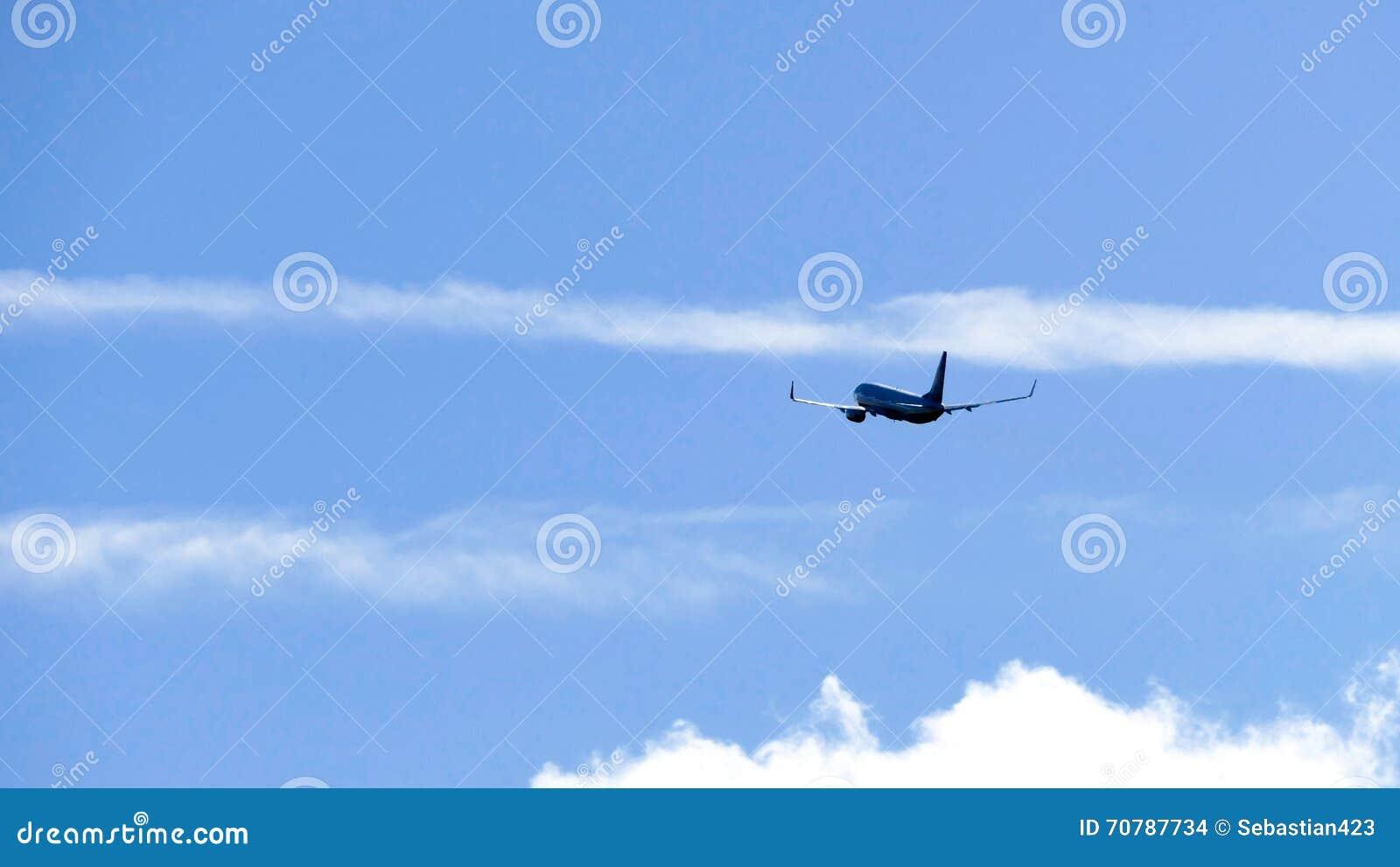 Avion contre le ciel bleu - concept de voyage