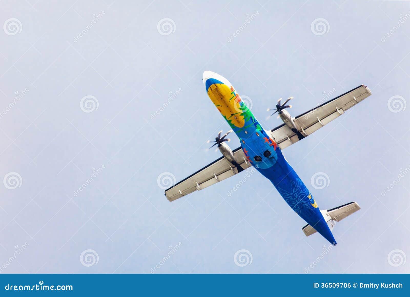 Avion d air sur le fond de ciel