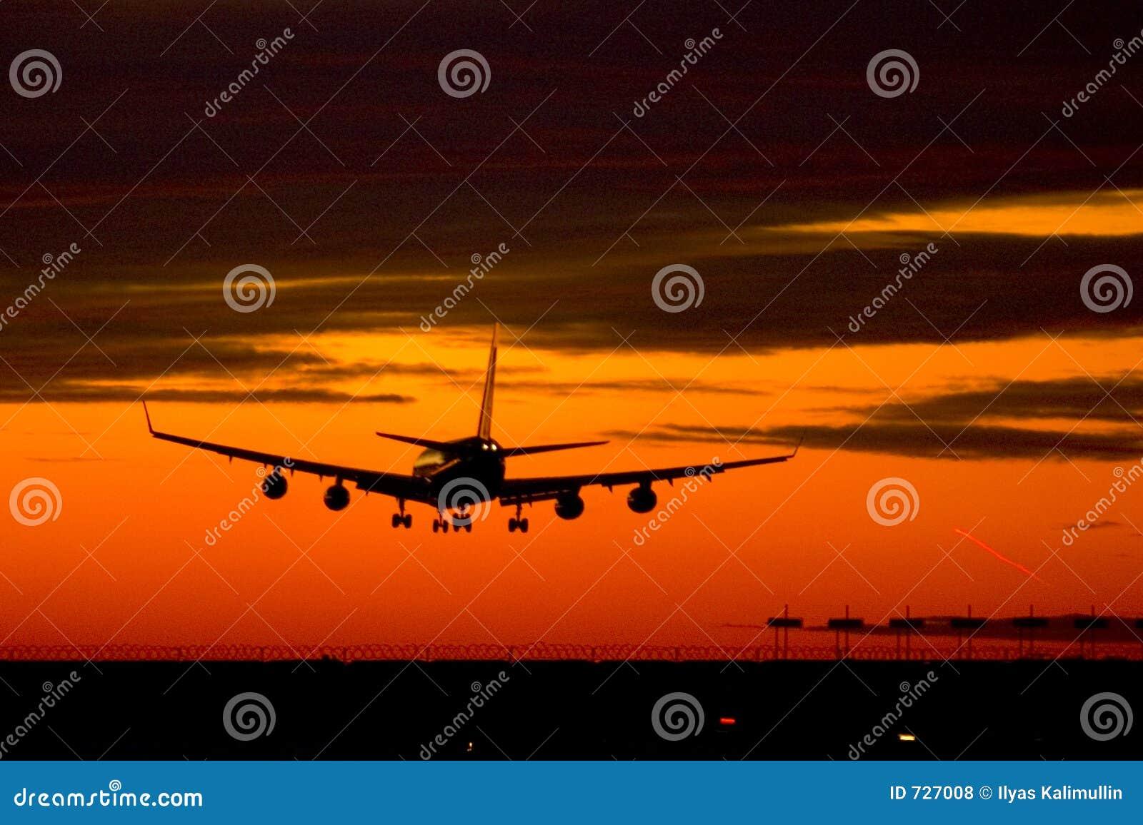 Avion d atterrissage sur un coucher du soleil