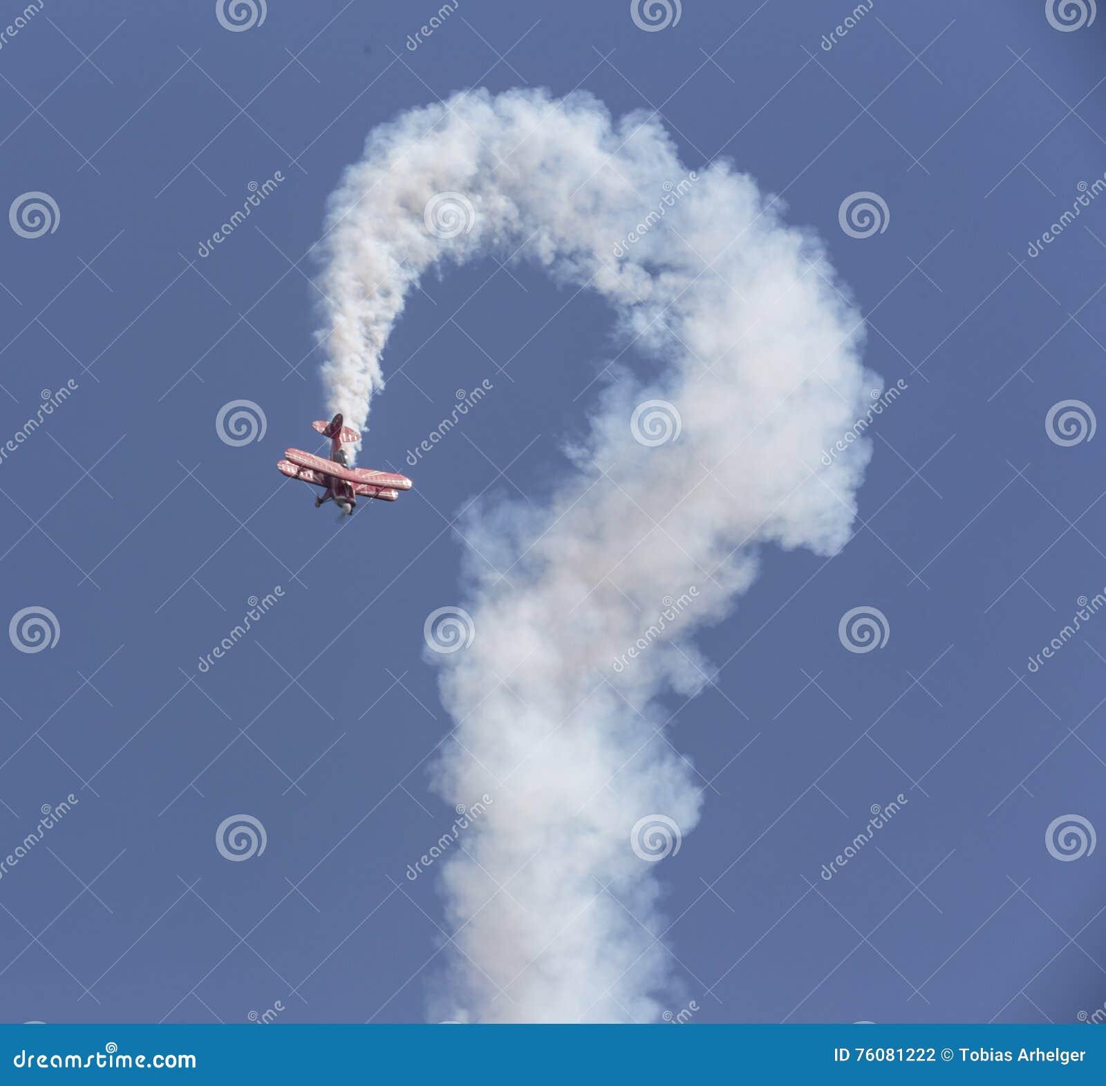 Avion d insecte de cascade dans le ciel