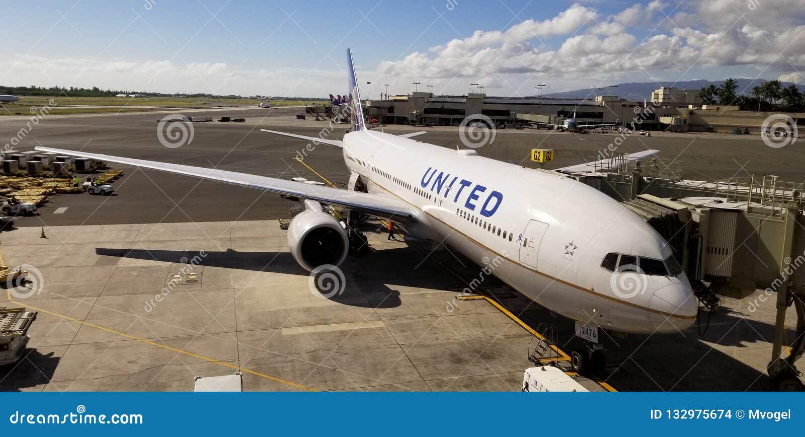 Avion d United Airlines sur le terminal