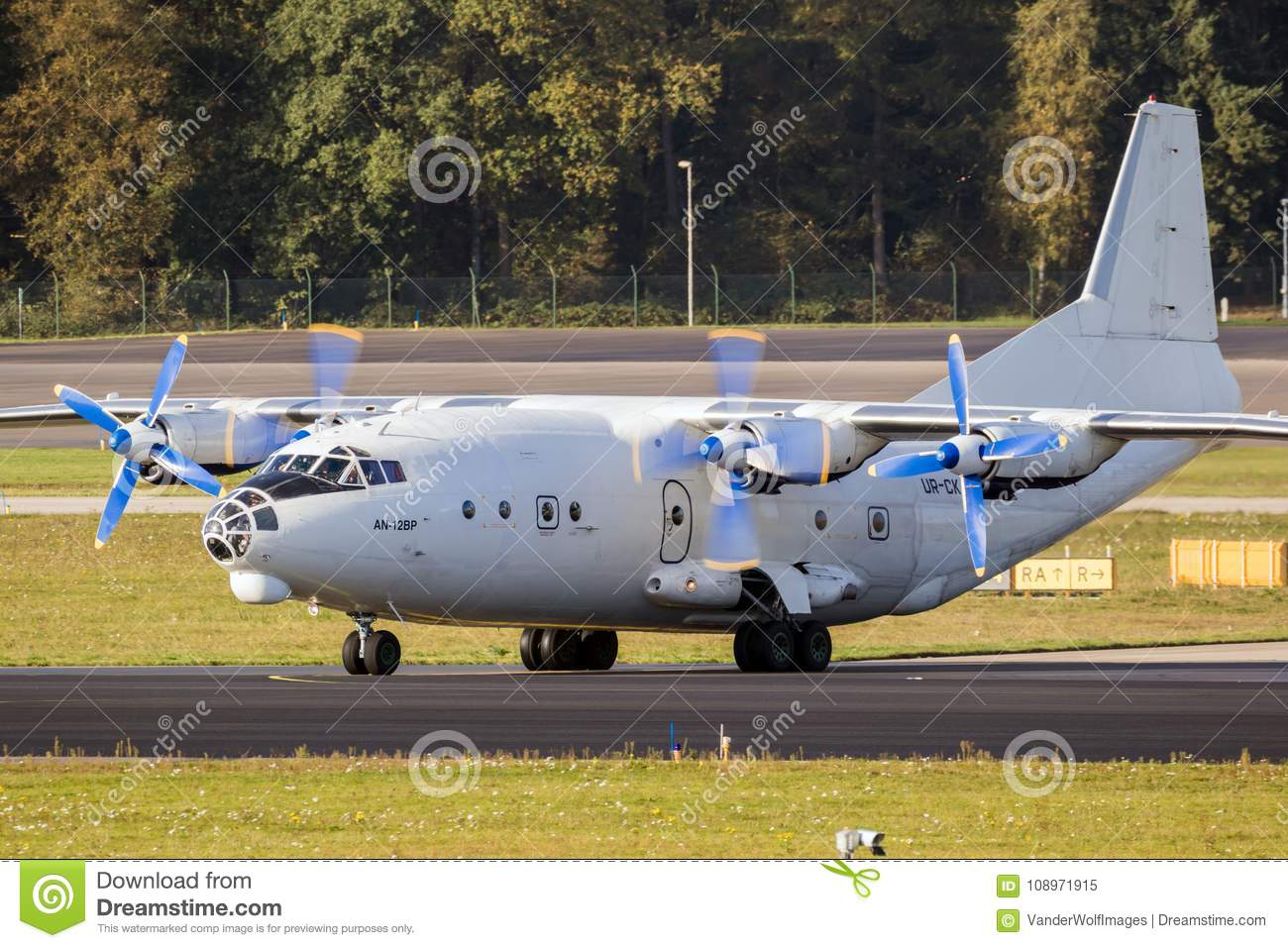 Avion de charge d Antonov An-12 de Russe