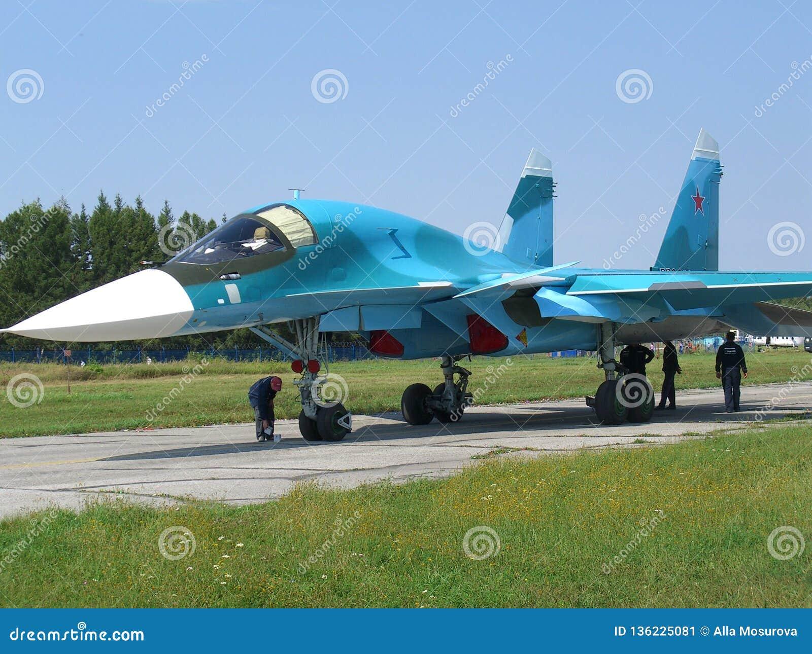 Avion de combat militaire russe puissant de jet sur la piste du SU-34