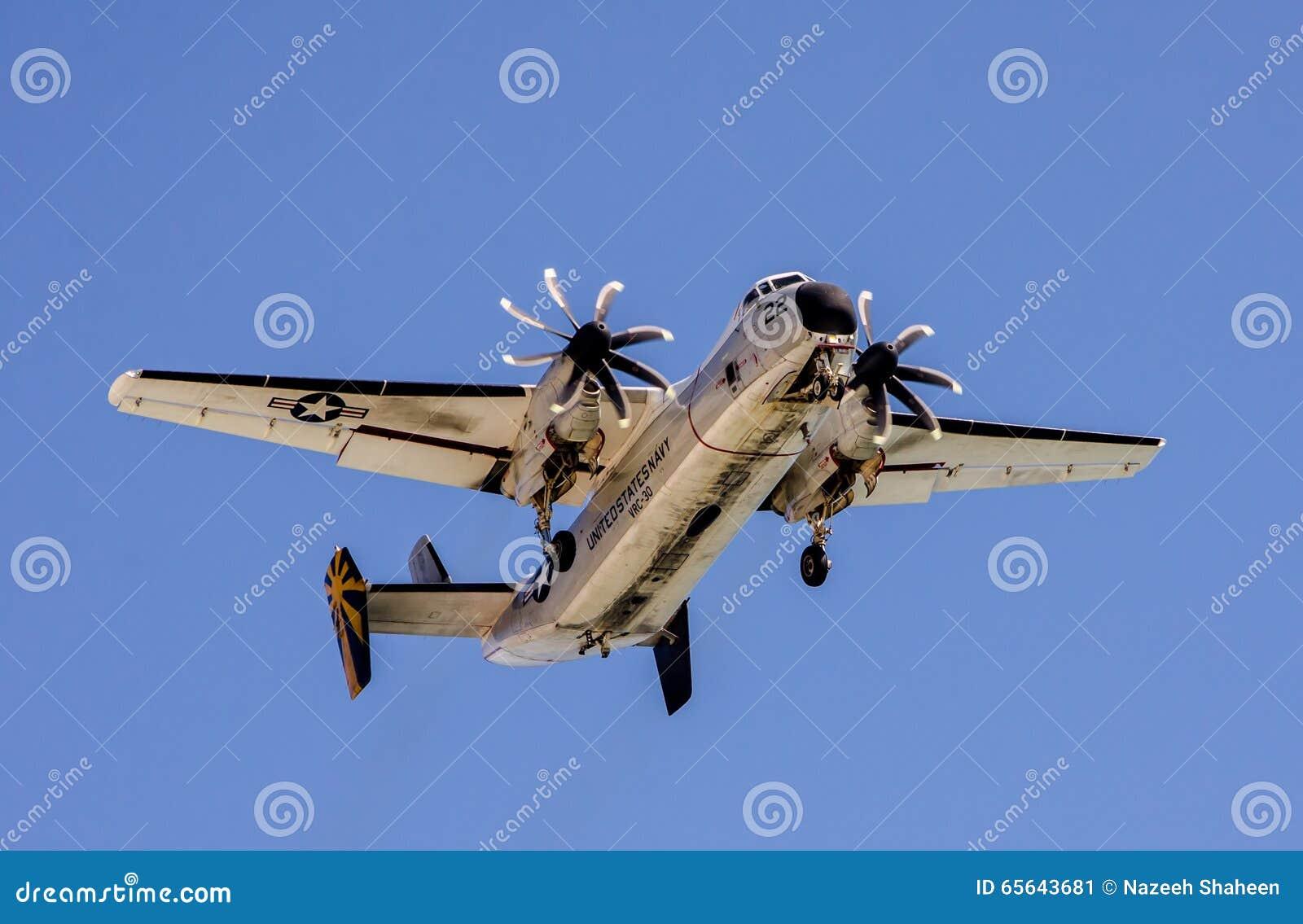 Avion de guerre en vol dans le ciel