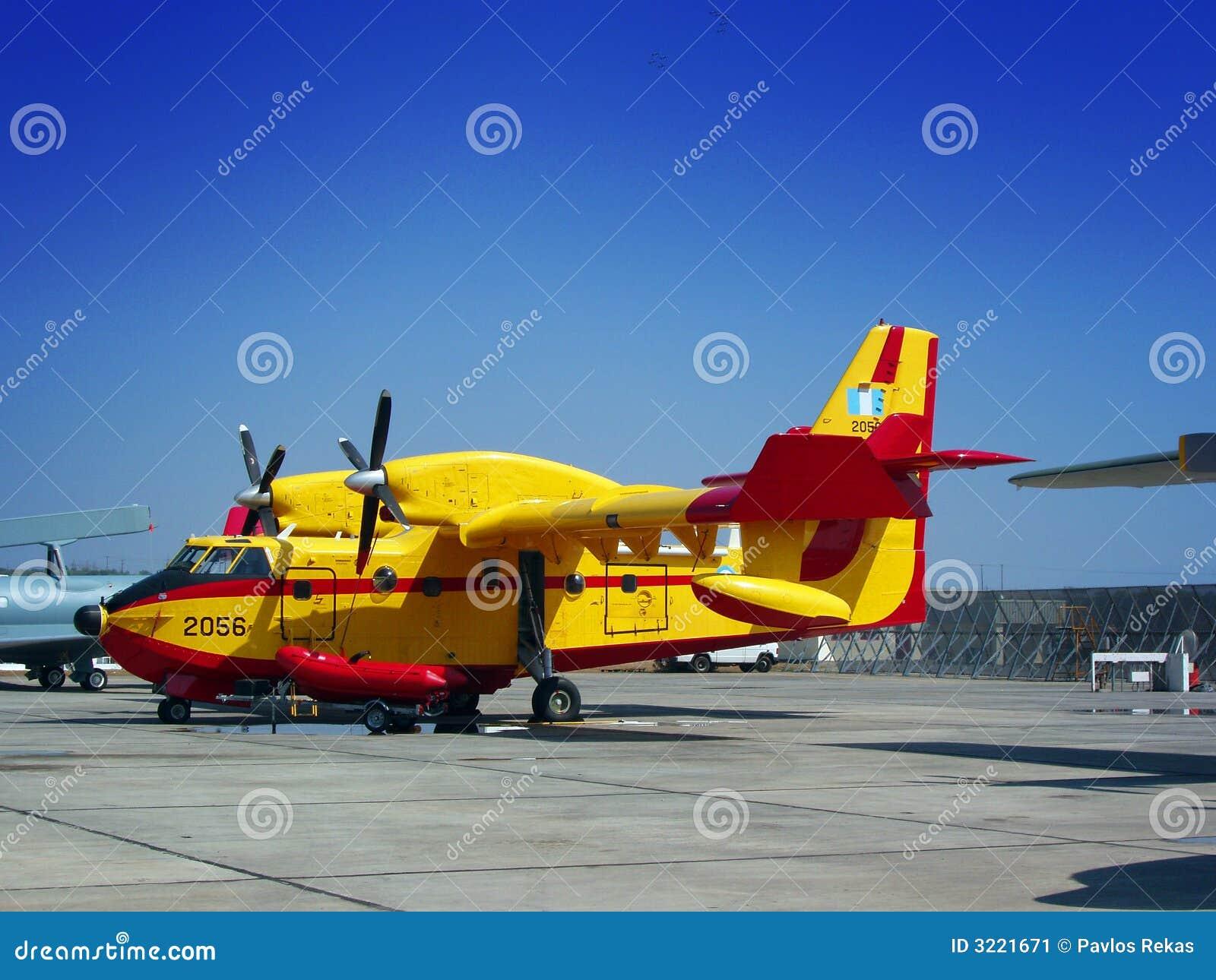 Avion de lutte contre l 39 incendie image stock image 3221671 - Helicoptere jaune et rouge ...