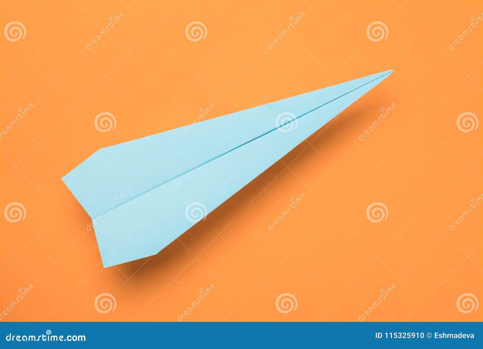Avion de papier bleu sur l orange