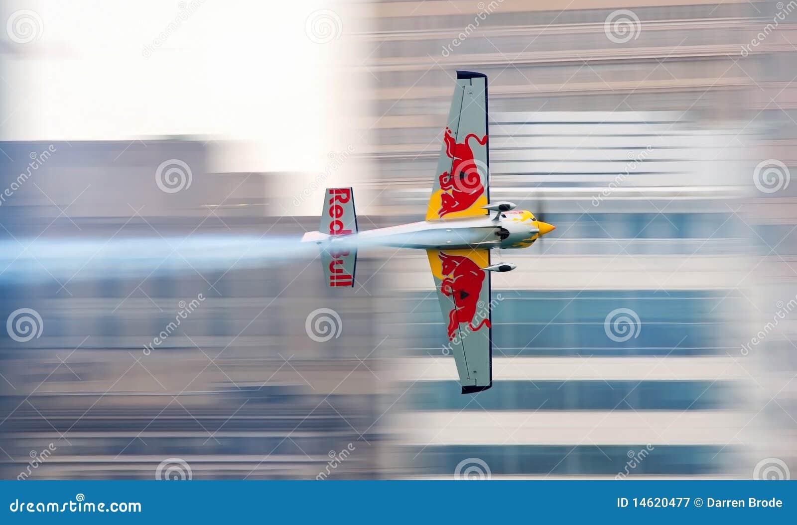 Avion de Red Bull emballant près