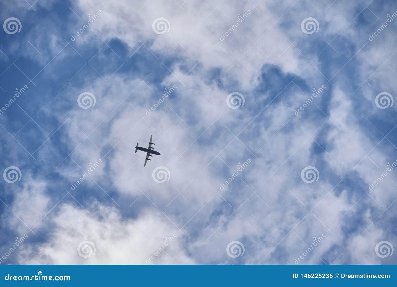 Avion de vol dans le ciel bleu