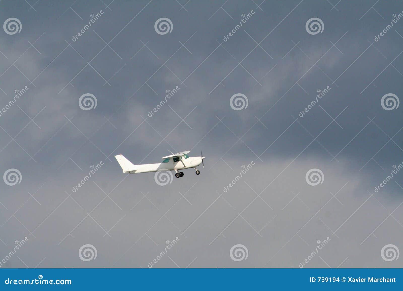 Avion privé sur un ciel strormy