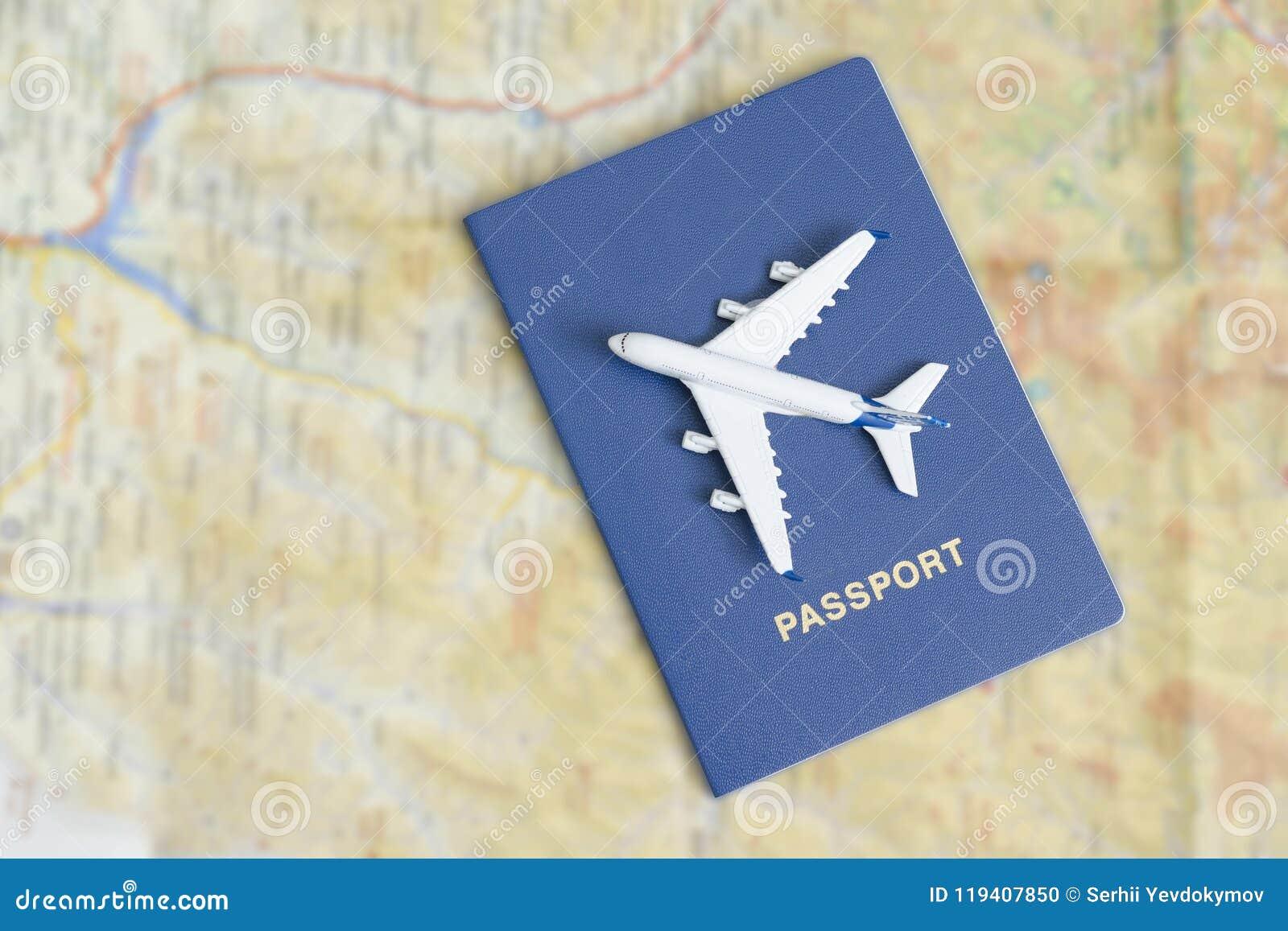 Avion sur les passeports bleus Fin vers le haut