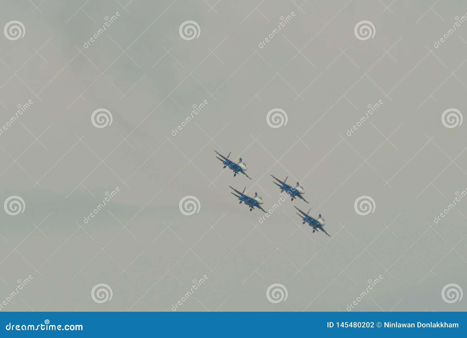 Aviones de combate de Su-30SM que vuelan en el cielo