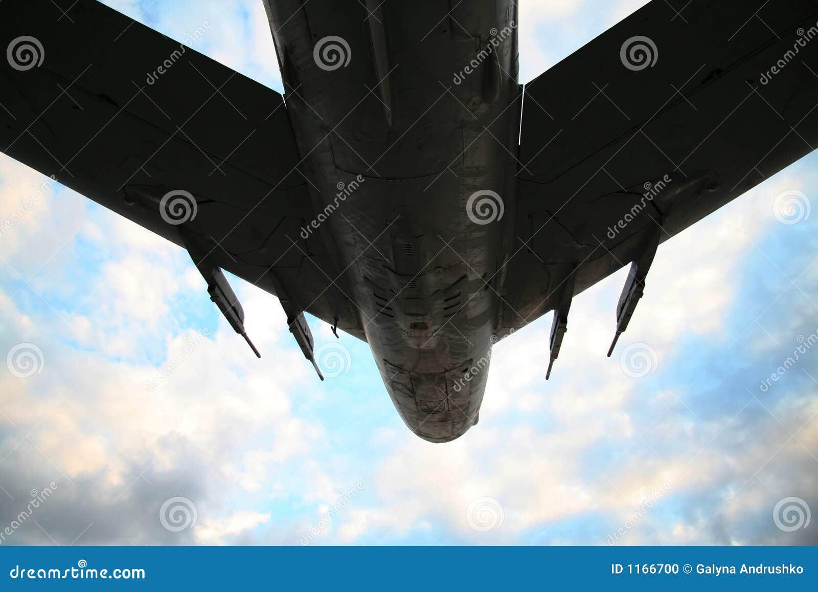 Aviones de ejército para el cielo de la tormenta