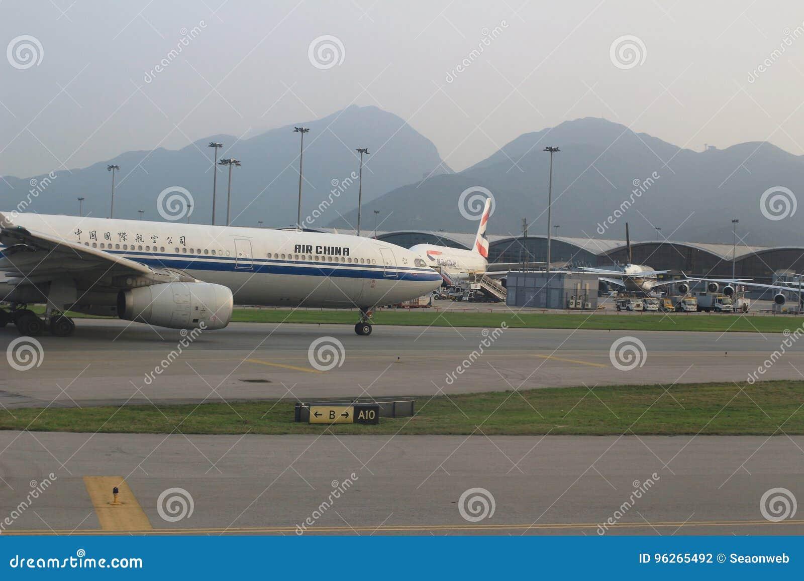 Aviones de pasajero en la pista de Hong Kong