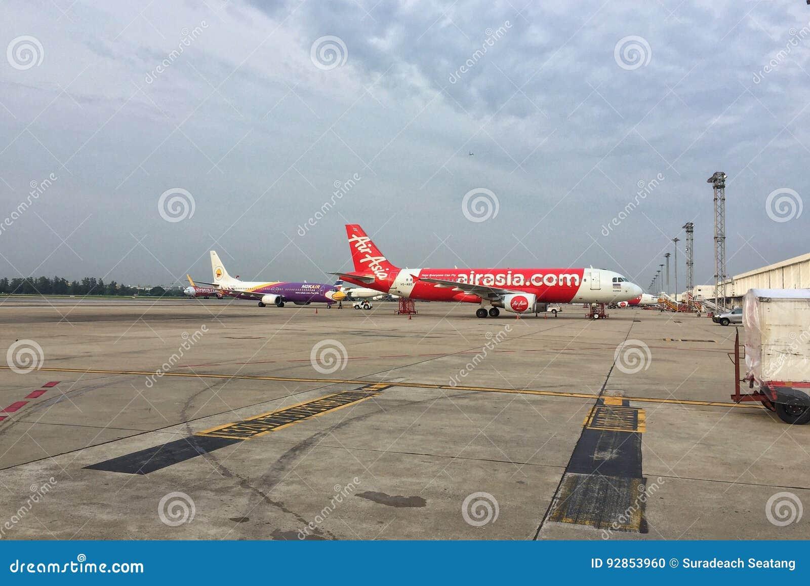 Aviones del ` s A320-200 de Air Asia en el aeropuerto de Don Mueang