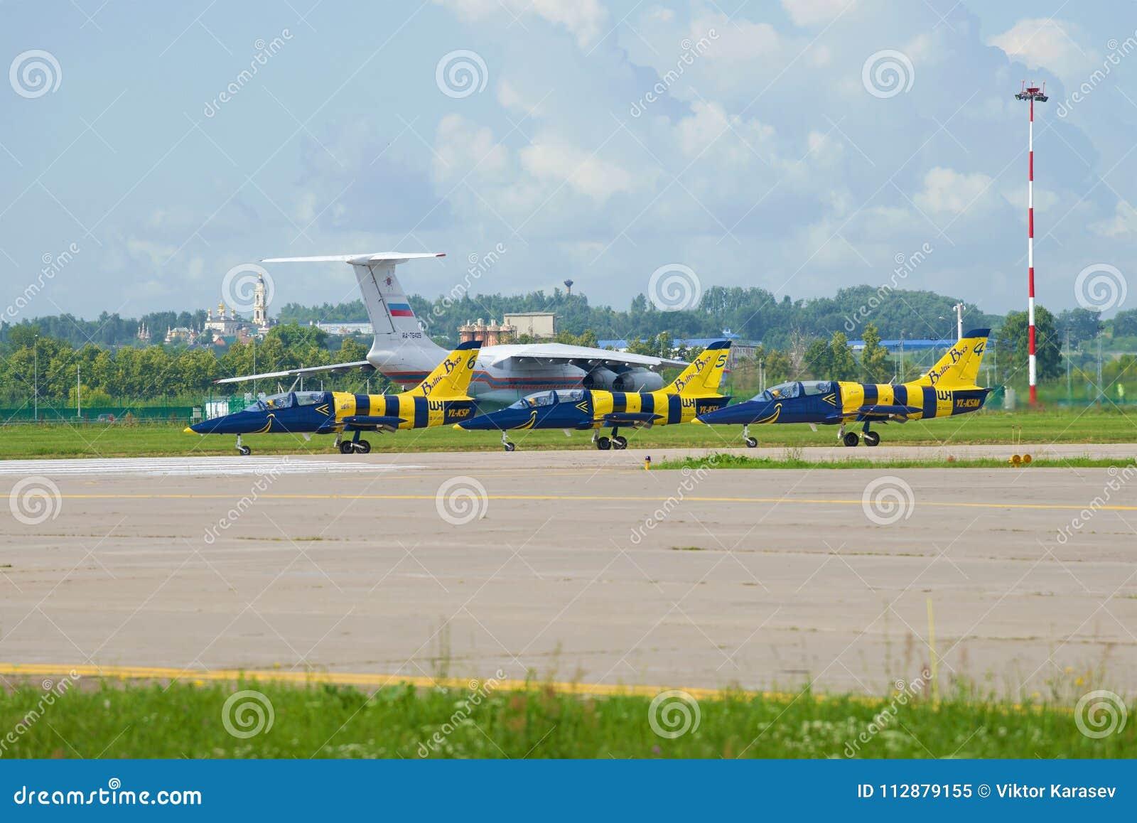 Aviones L-39 del ` báltico de las abejas del ` aeroacrobacia letón del equipo en la pista del campo de aviación de Ramenskoy Airs