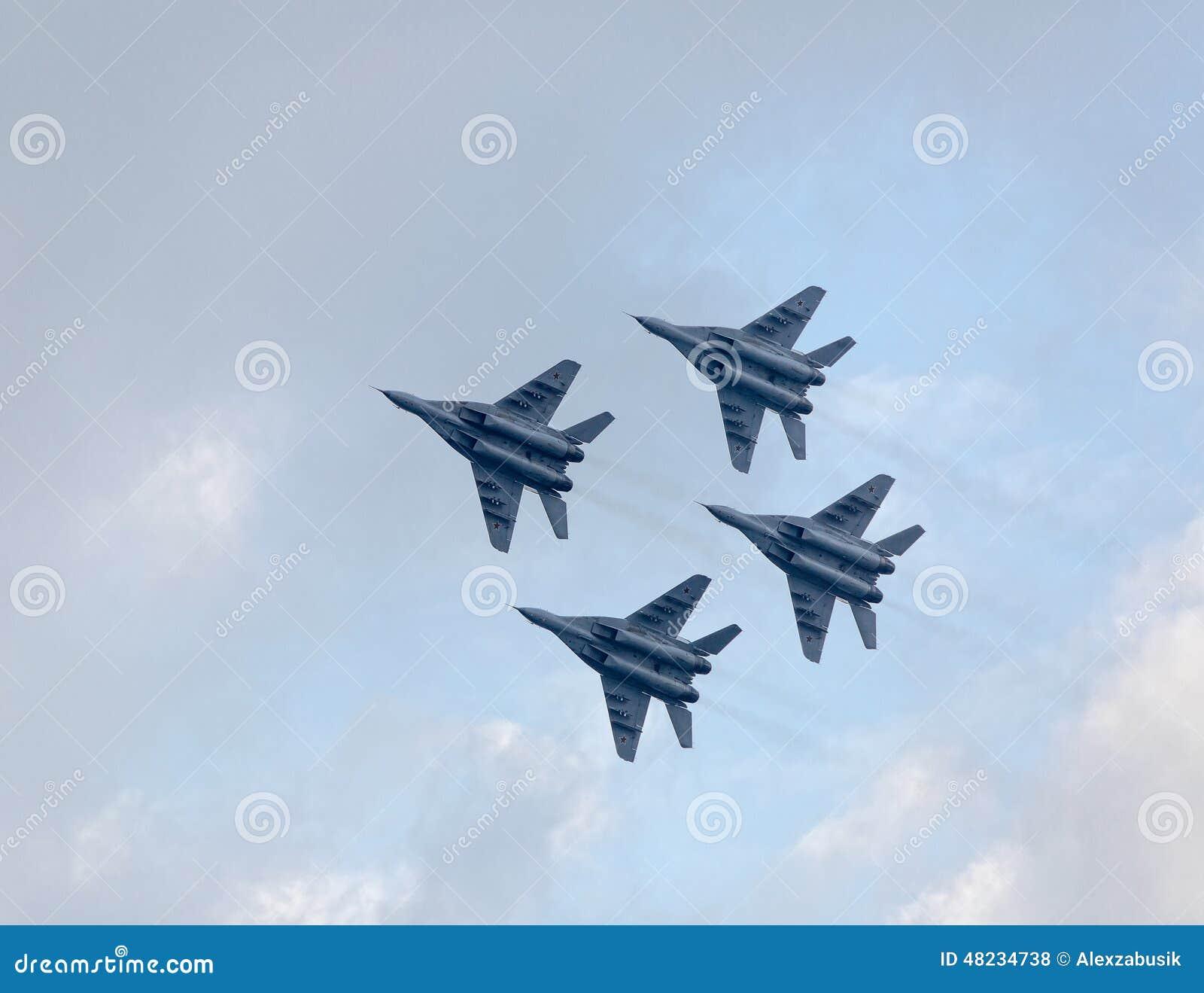 Avions à réaction militaires montrant des acrobaties aériennes