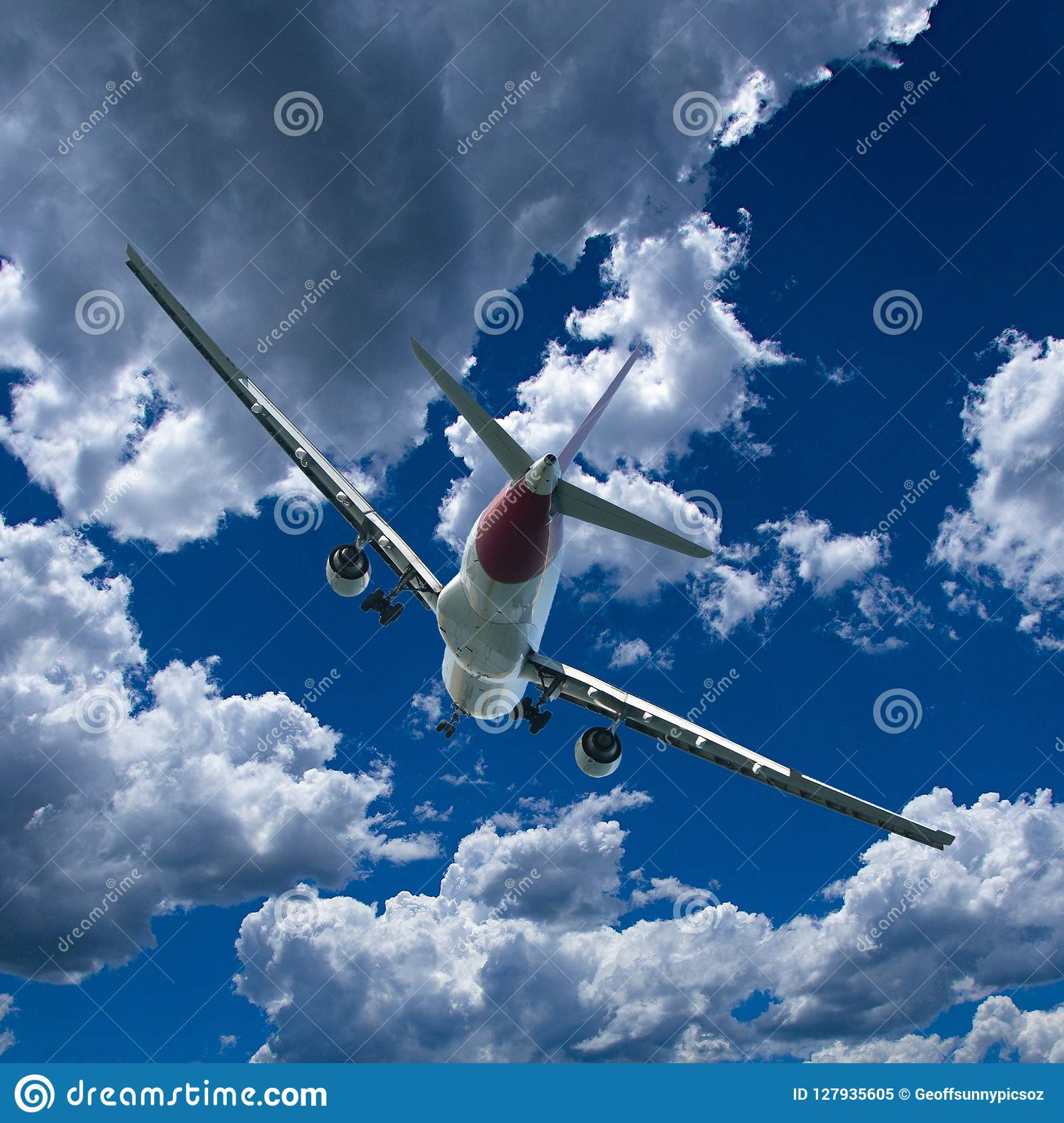 Avions en vol avec le cumulus en ciel bleu l australie