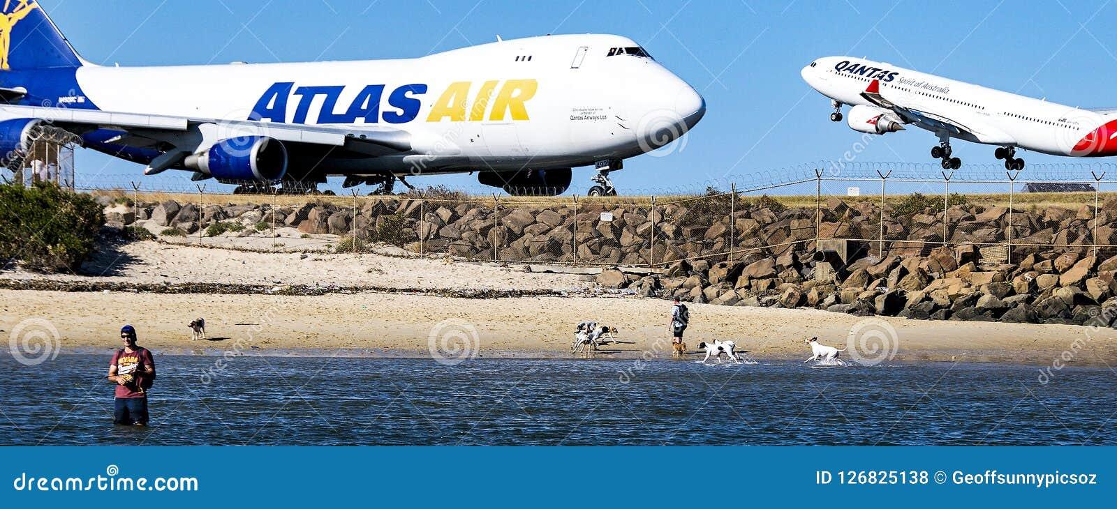 Avions sur la piste d aéroport avec le ciel bleu Novembre 2013 austral