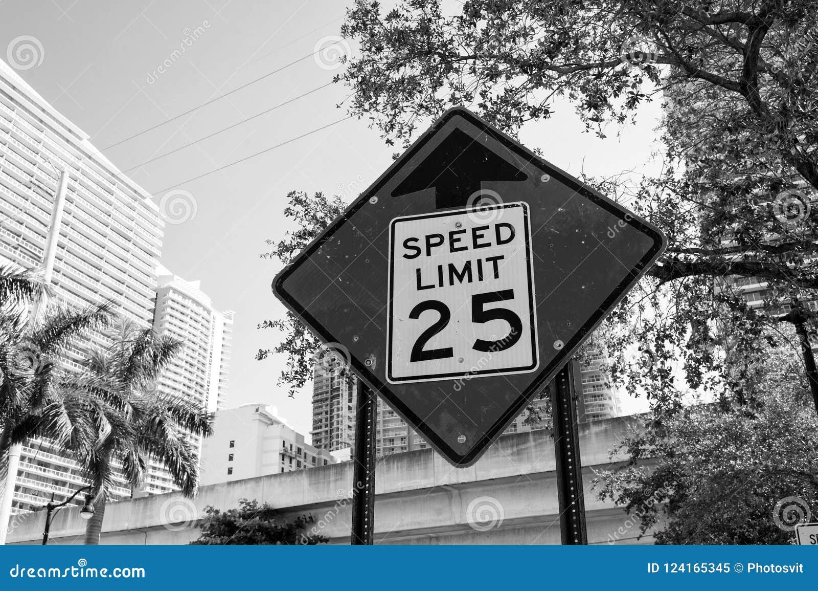 Aviso do limite de velocidade em miami, EUA Sinal de tráfego na estrada de cidade Advirta e advirta o conceito Tráfego do transpo