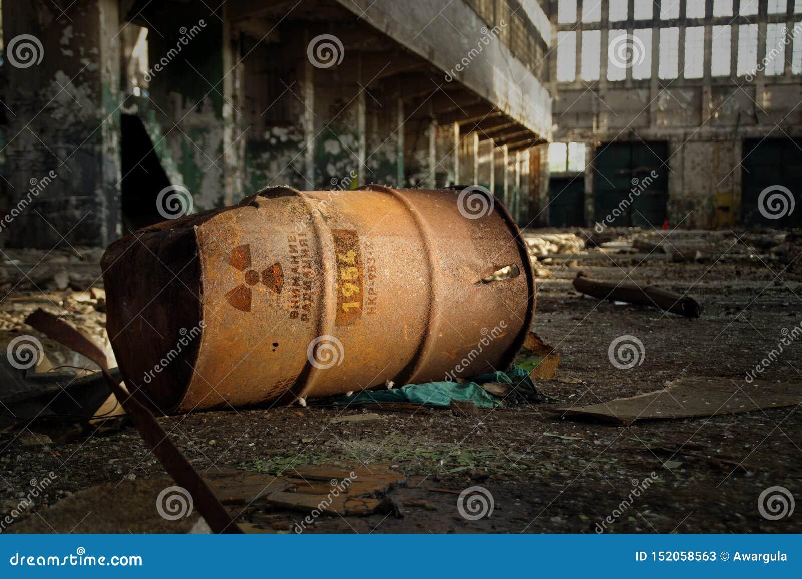 Aviso radioativo no tambor oxidado velho