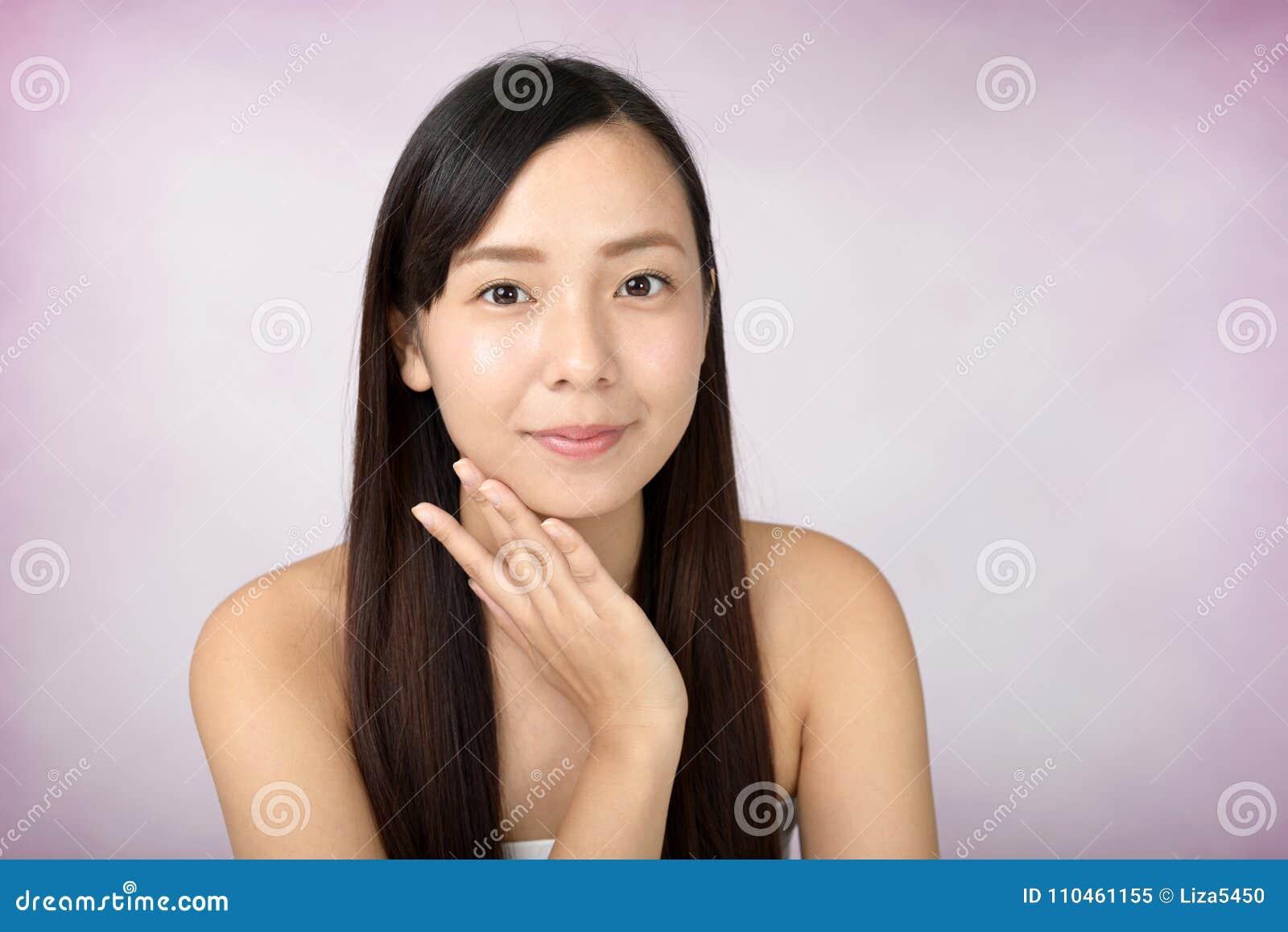 Avkopplad härlig ung kvinna