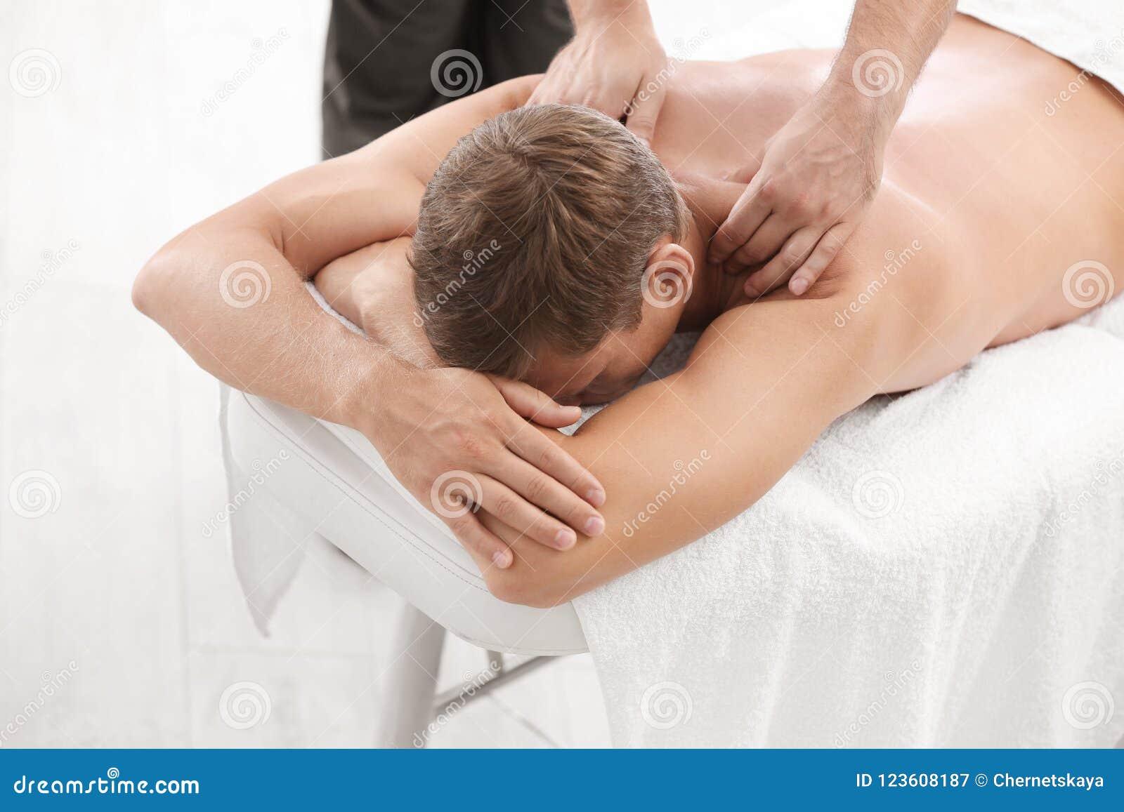 Avkopplad massage för manhäleribaksida