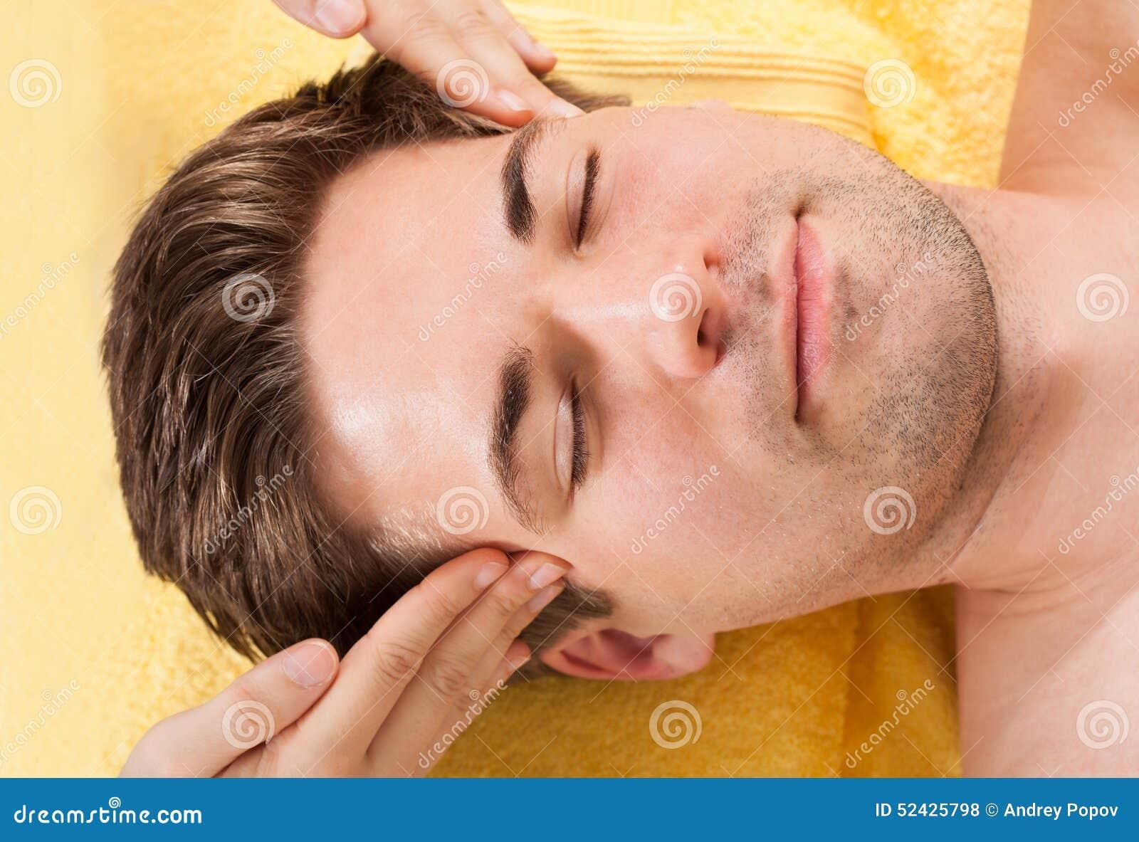 Avkopplad massage för manhäleripanna i brunnsort