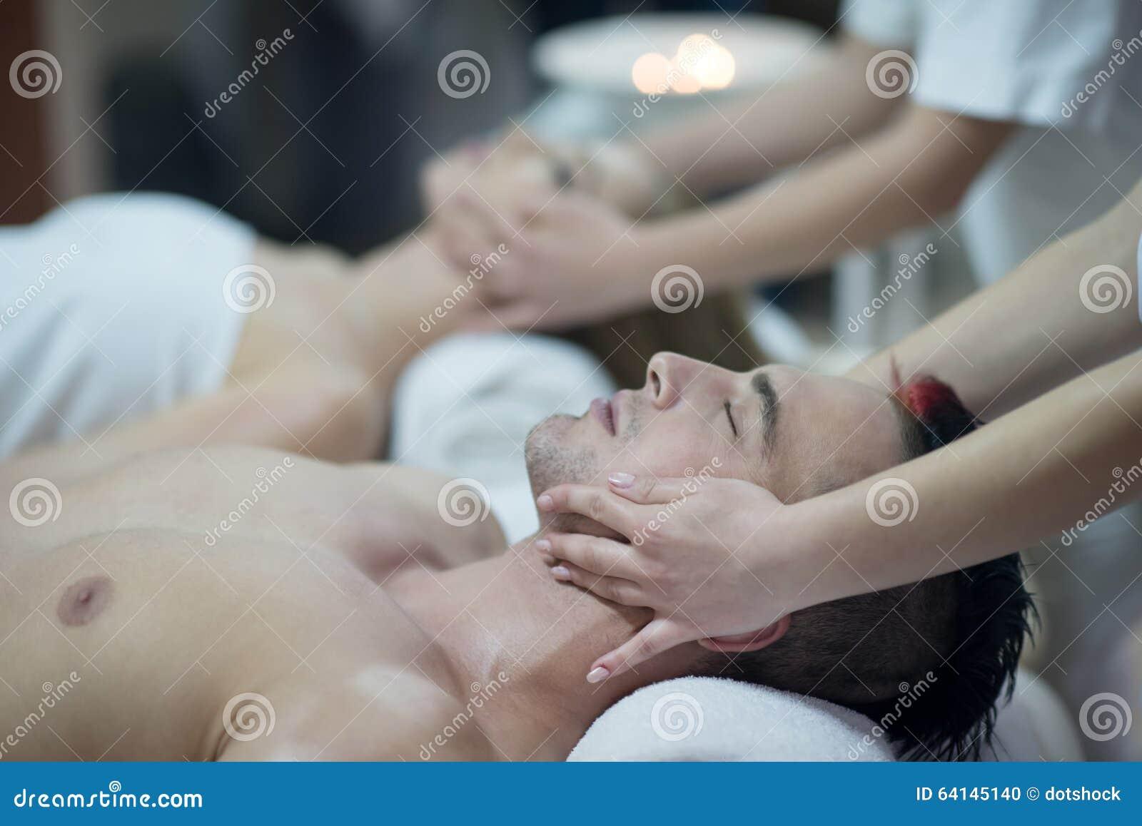 Avkopplade barnpar som får massage i brunnsort