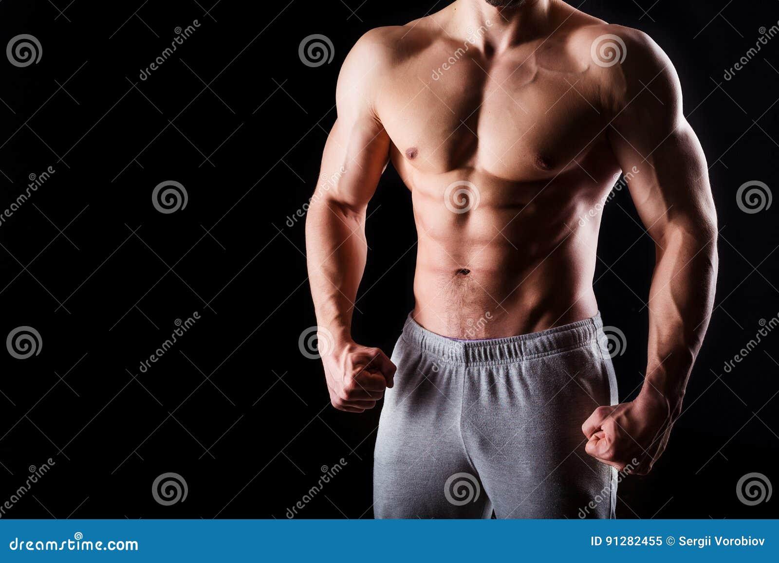 Avkoppling för pilates för bollbegreppskondition Muskulös och sexig torso av den unga mannen som har den perfekta manliga snygga