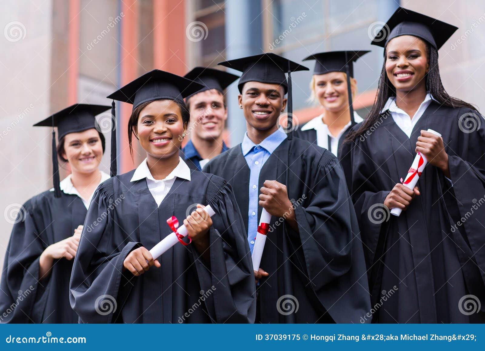 Avlägger examen universitetbyggnad