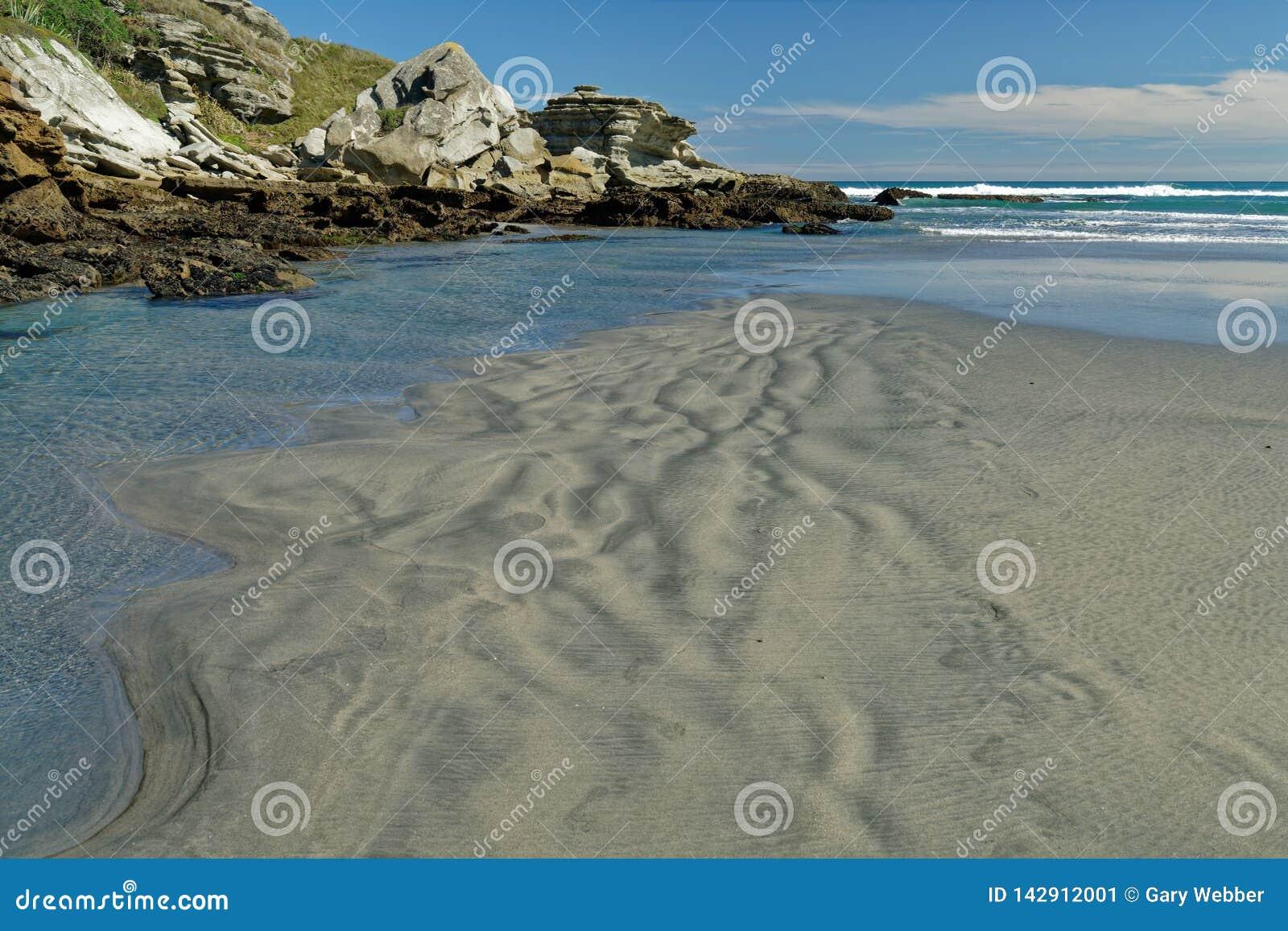 Avlägsen västkustenstrand på den södra ön av Nya Zeeland