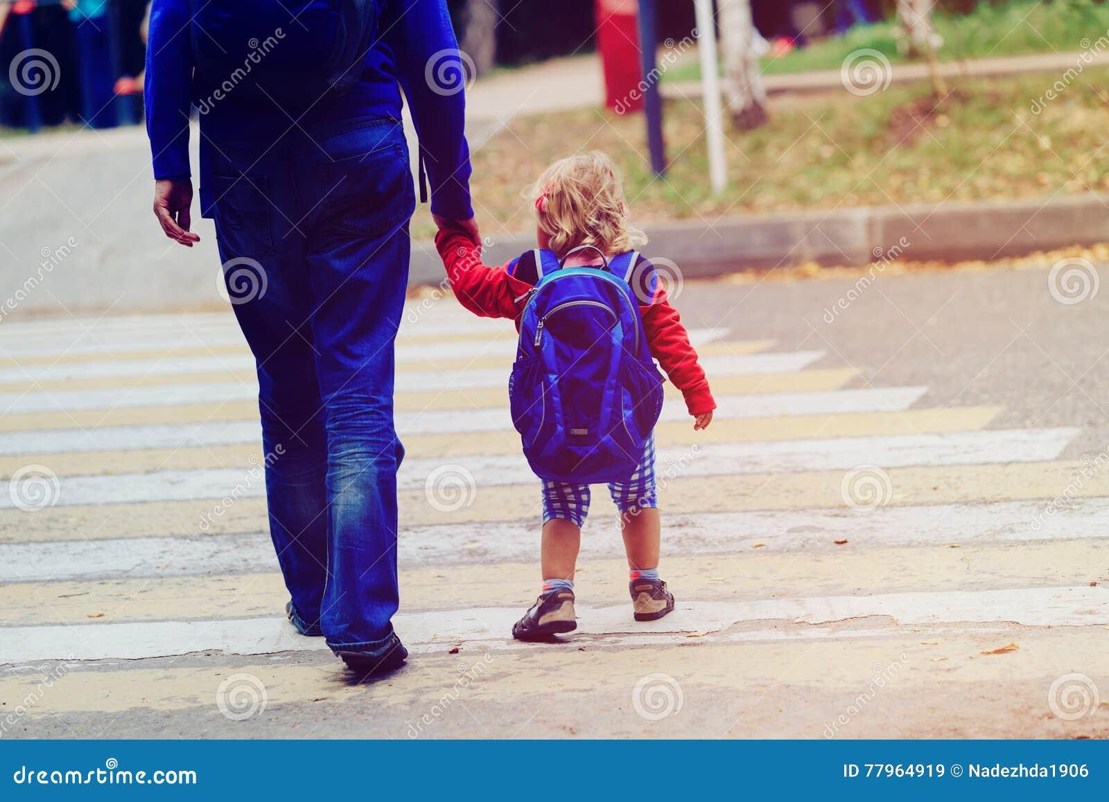 Avla att gå den lilla dottern till skolan eller daycare