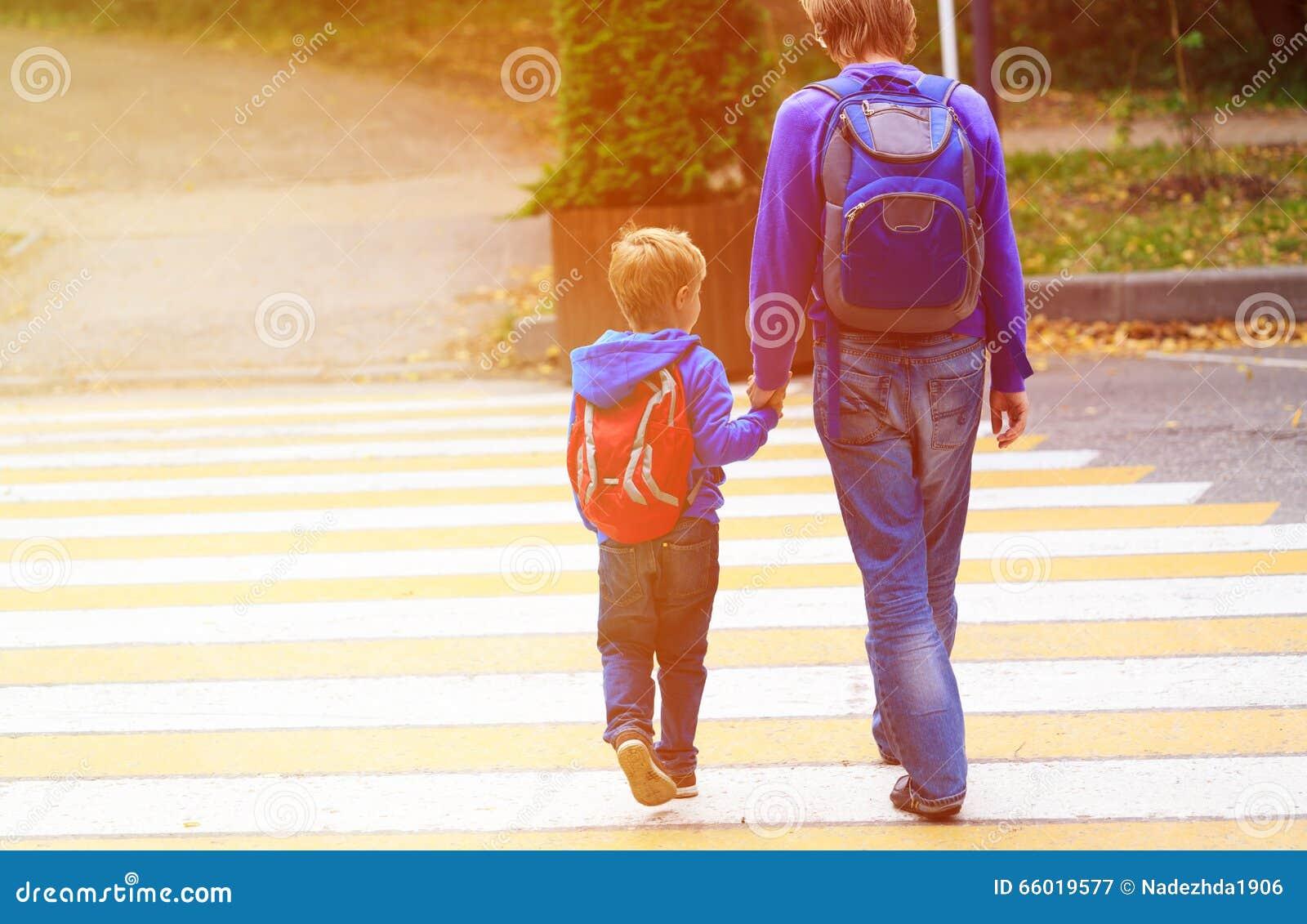 Avla att gå den lilla sonen till skolan eller daycare