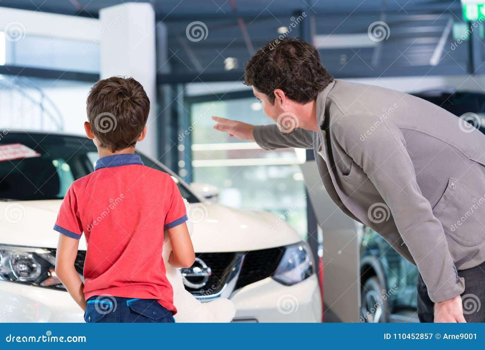 Avla med sonen i automatisk för visningslokal för bilåterförsäljare köpande