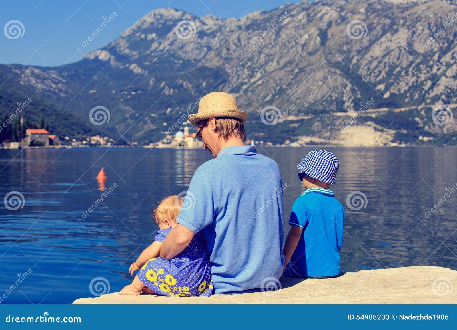Avla med ungar som ser scenisk sikt i Perast