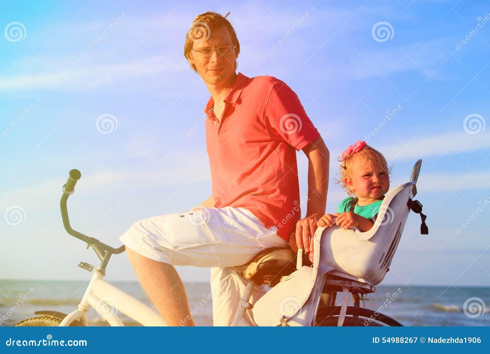 Avla och behandla som ett barn att cykla på havet