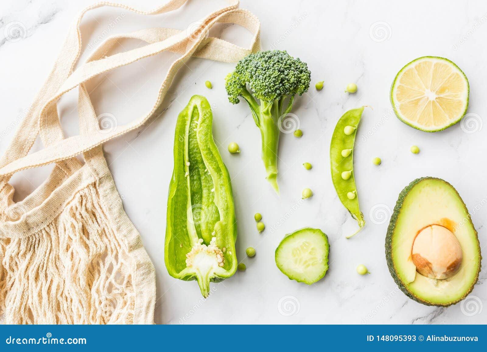Avocado fresco, calce, broccoli, piselli, cetriolo, peperone verde Disposizione piana Concetto dell alimento Verdure verdi che si